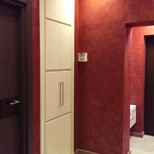 Idéer för en liten modern hall, med röda väggar, klinkergolv i keramik, en enkeldörr och en brun dörr