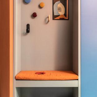 Inspiration för en stor funkis hall, med orange väggar, klinkergolv i keramik och flerfärgat golv