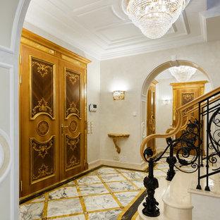 Удачное сочетание для дизайна помещения: фойе в викторианском стиле с белыми стенами, мраморным полом и двустворчатой входной дверью - самое интересное для вас