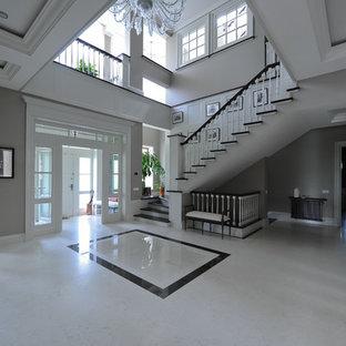 Ispirazione per un grande ingresso con vestibolo chic con pareti grigie, pavimento in marmo, una porta a due ante, una porta bianca e pavimento bianco