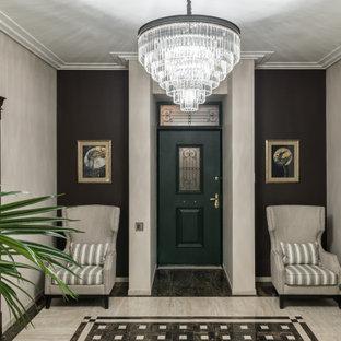 Идея дизайна: входная дверь в стиле современная классика с коричневыми стенами, одностворчатой входной дверью, зеленой входной дверью и коричневым полом