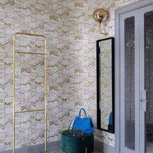 Пример оригинального дизайна: прихожая в современном стиле с бежевыми стенами и серым полом