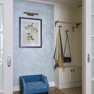 На фото: с высоким бюджетом маленькие узкие прихожие в стиле современная классика с паркетным полом среднего тона, бежевым полом и синими стенами