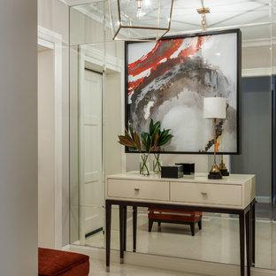 Новый формат декора квартиры: прихожая в стиле современная классика с бежевым полом и бежевыми стенами