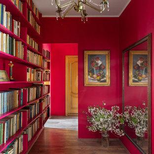 Стильный дизайн: узкая прихожая среднего размера в стиле фьюжн с розовыми стенами и паркетным полом среднего тона - последний тренд