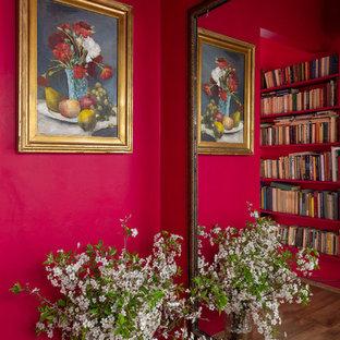 Неиссякаемый источник вдохновения для домашнего уюта: узкая прихожая среднего размера в стиле фьюжн с розовыми стенами и паркетным полом среднего тона