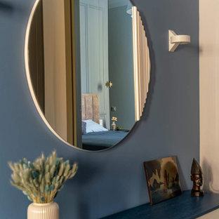 Idéer för en liten nordisk farstu, med blå väggar, laminatgolv, en tvådelad stalldörr, en grå dörr och brunt golv