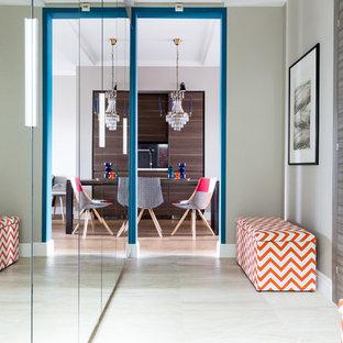 Свежая идея для дизайна: узкая прихожая в современном стиле с одностворчатой входной дверью - отличное фото интерьера