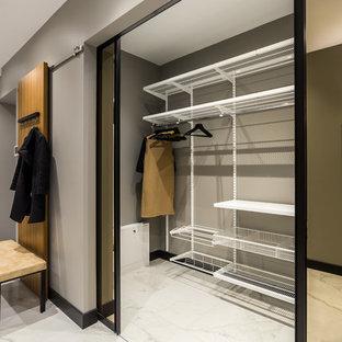 Идея дизайна: прихожая в современном стиле с серыми стенами и серым полом
