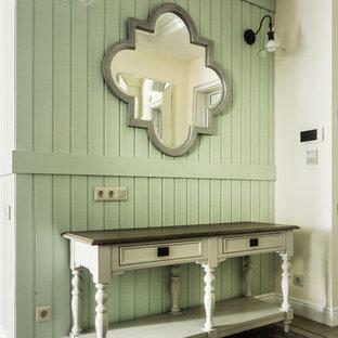Klassisk inredning av en mellanstor entré, med gröna väggar, klinkergolv i keramik och grönt golv
