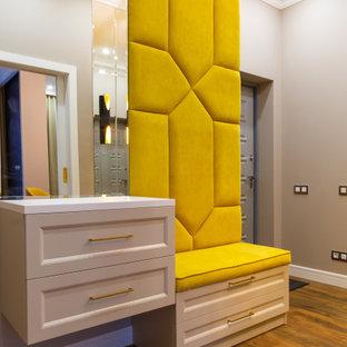 Свежая идея для дизайна: входная дверь в стиле фьюжн с серыми стенами, паркетным полом среднего тона, одностворчатой входной дверью, серой входной дверью и коричневым полом - отличное фото интерьера