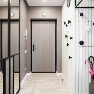 Идея дизайна: входная дверь в современном стиле с серыми стенами, одностворчатой входной дверью, серой входной дверью и бежевым полом