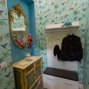 Idee per un piccolo ingresso con anticamera boho chic con pareti multicolore, pavimento alla veneziana, una porta a due ante, una porta bianca e pavimento verde