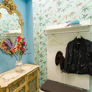 他の地域の小さい両開きドアエクレクティックスタイルのおしゃれな玄関ロビー (マルチカラーの壁、テラゾーの床、白いドア、緑の床) の写真