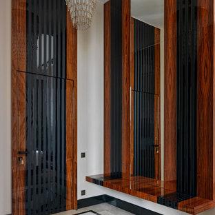 Modelo de entrada contemporánea con paredes blancas y suelo multicolor