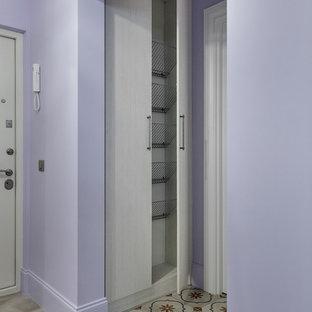 Пример оригинального дизайна: прихожая в современном стиле с фиолетовыми стенами