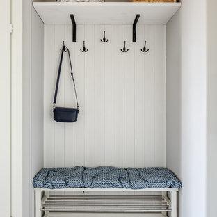 Пример оригинального дизайна: тамбур в скандинавском стиле с серыми стенами и серым полом