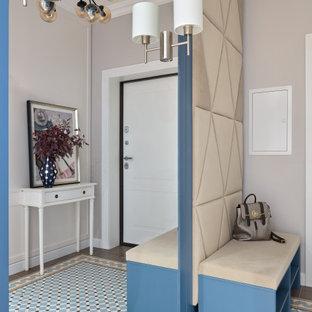 Свежая идея для дизайна: входная дверь в современном стиле с бежевыми стенами, одностворчатой входной дверью, белой входной дверью и разноцветным полом - отличное фото интерьера