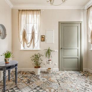Стильный дизайн: фойе в классическом стиле с бежевыми стенами, одностворчатой входной дверью и зеленой входной дверью - последний тренд