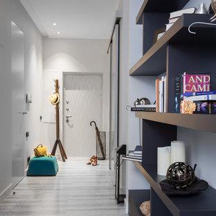 Idées déco pour une entrée contemporaine de taille moyenne avec un mur gris, un sol en liège et un sol gris.