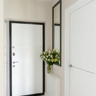 他の地域の中サイズの片開きドアコンテンポラリースタイルのおしゃれな玄関ドア (ラミネートの床、白い床、ベージュの壁、白いドア) の写真