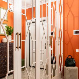 Imagen de puerta principal tradicional, de tamaño medio, con parades naranjas, suelo de baldosas de porcelana, puerta simple, puerta blanca y suelo beige