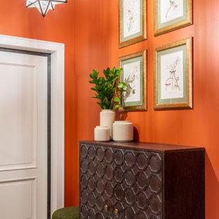 Esempio di una porta d'ingresso tradizionale di medie dimensioni con pareti arancioni, pavimento in gres porcellanato, una porta singola, una porta bianca e pavimento beige