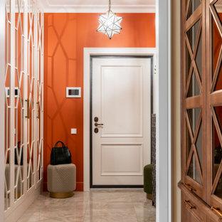 Foto di una porta d'ingresso tradizionale di medie dimensioni con pareti arancioni, pavimento in gres porcellanato, una porta singola, una porta bianca e pavimento beige