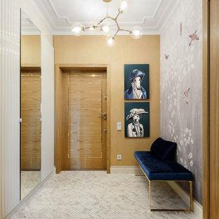 Cette image montre une porte d'entrée traditionnelle avec un mur multicolore, un sol en carrelage de porcelaine, une porte en bois brun, un sol blanc et une porte simple.