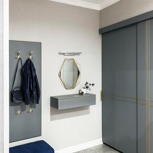 Свежая идея для дизайна: тамбур в современном стиле с серыми стенами и серым полом - отличное фото интерьера