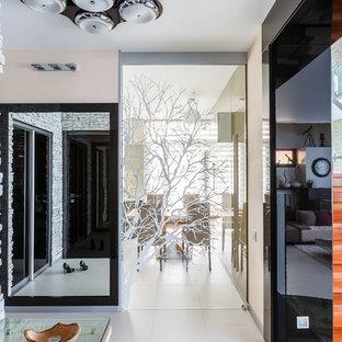 Свежая идея для дизайна: фойе в современном стиле с бежевыми стенами и белым полом - отличное фото интерьера