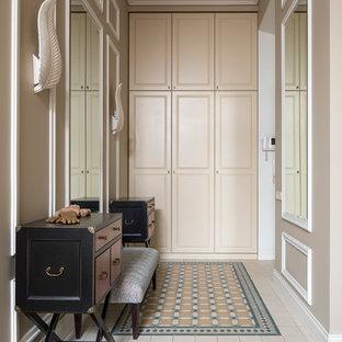 Imagen de vestíbulo posterior tradicional renovado con paredes beige
