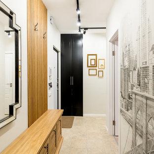 На фото: входная дверь среднего размера в стиле современная классика с белыми стенами, одностворчатой входной дверью, белой входной дверью, бежевым полом и полом из керамической плитки с