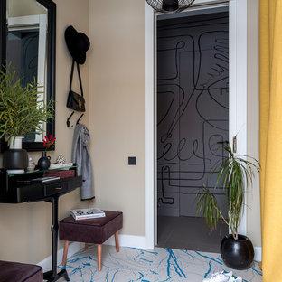 Foto di un corridoio di medie dimensioni con pareti gialle, pavimento in gres porcellanato e pavimento blu
