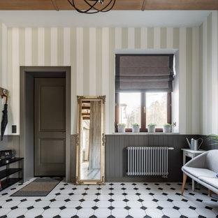 Esempio di una grande porta d'ingresso rustica con pareti verdi, pavimento con piastrelle in ceramica, una porta singola, una porta grigia, pavimento bianco, travi a vista e carta da parati