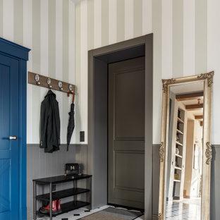 サンクトペテルブルクの広い片開きドアラスティックスタイルのおしゃれな玄関ドア (緑の壁、セラミックタイルの床、グレーのドア、白い床、表し梁、壁紙) の写真