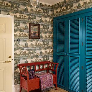 Свежая идея для дизайна: прихожая в стиле современная классика с зелеными стенами и светлым паркетным полом - отличное фото интерьера