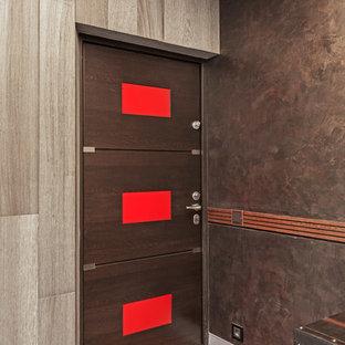 На фото: входная дверь среднего размера в стиле лофт с коричневыми стенами, полом из керамогранита, одностворчатой входной дверью, коричневой входной дверью и серым полом с