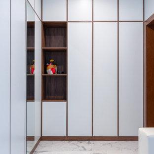 Идея дизайна: входная дверь в современном стиле с белыми стенами и белым полом