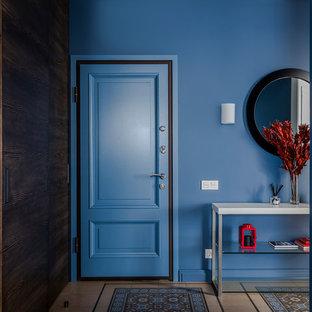 На фото: входная дверь среднего размера в стиле неоклассика (современная классика) с синими стенами, полом из керамической плитки, одностворчатой входной дверью, синей входной дверью и разноцветным полом с