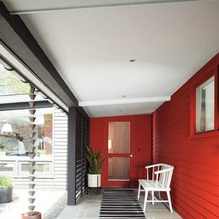 На фото: входные двери в морском стиле с одностворчатой входной дверью и красной входной дверью