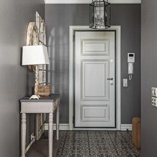 Пример оригинального дизайна интерьера: входная дверь среднего размера в классическом стиле с серыми стенами, бетонным полом, одностворчатой входной дверью, белой входной дверью и серым полом