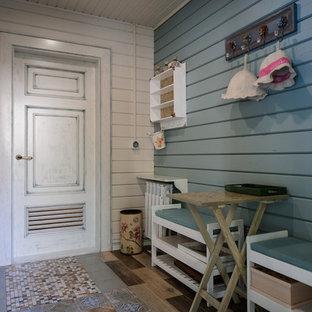 Свежая идея для дизайна: маленькая прихожая в стиле шебби-шик с полом из керамической плитки и разноцветными стенами - отличное фото интерьера
