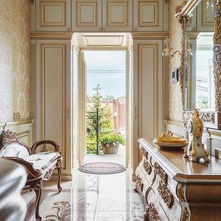 Выдающиеся фото от архитекторов и дизайнеров интерьера: прихожая в классическом стиле с бежевыми стенами