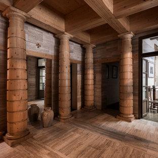 Создайте стильный интерьер: прихожая в стиле фьюжн с коричневыми стенами и полом из травертина - последний тренд
