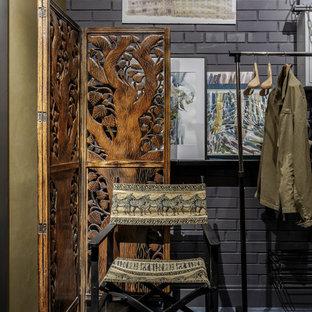 Свежая идея для дизайна: тамбур в стиле фьюжн с черными стенами, полом из керамогранита и серым полом - отличное фото интерьера