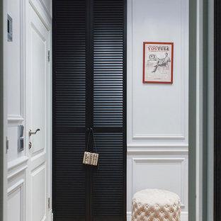 Идея дизайна: прихожая в классическом стиле с белыми стенами, светлым паркетным полом, одностворчатой входной дверью и белой входной дверью