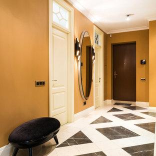 Создайте стильный интерьер: узкая прихожая в классическом стиле с желтыми стенами, одностворчатой входной дверью и коричневой входной дверью - последний тренд