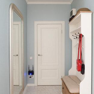 Inspiration för klassiska ingångspartier, med blå väggar och beiget golv
