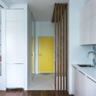 Пример оригинального дизайна: входная дверь в современном стиле с белыми стенами, одностворчатой входной дверью, желтой входной дверью и белым полом